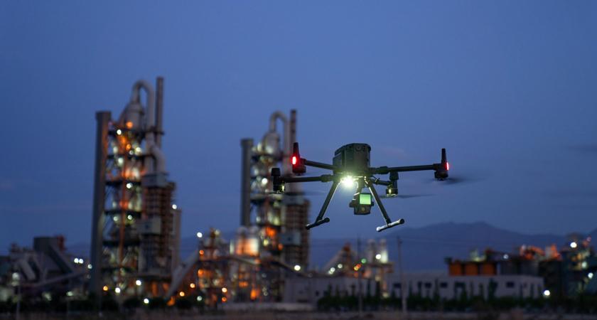 dron dji matrice 300 rtk wyposażony w skaner lidar zenmse L1 z wbudowaną kamerą rgb