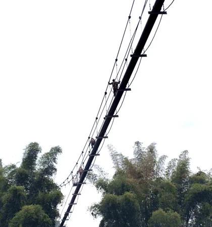 manualna inspekcja wiszącego mostu rurociągowego